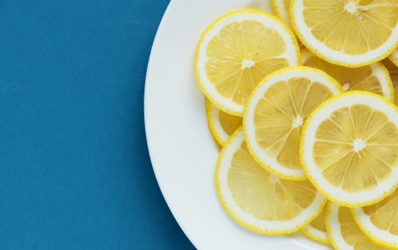 A plate of lemons in order to answer can dogs have lemon?